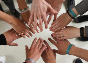 Teamwork - Hände in die Mitte