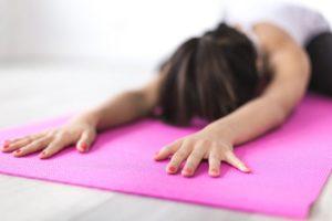 Dehnung auf einer Fitnessmatte